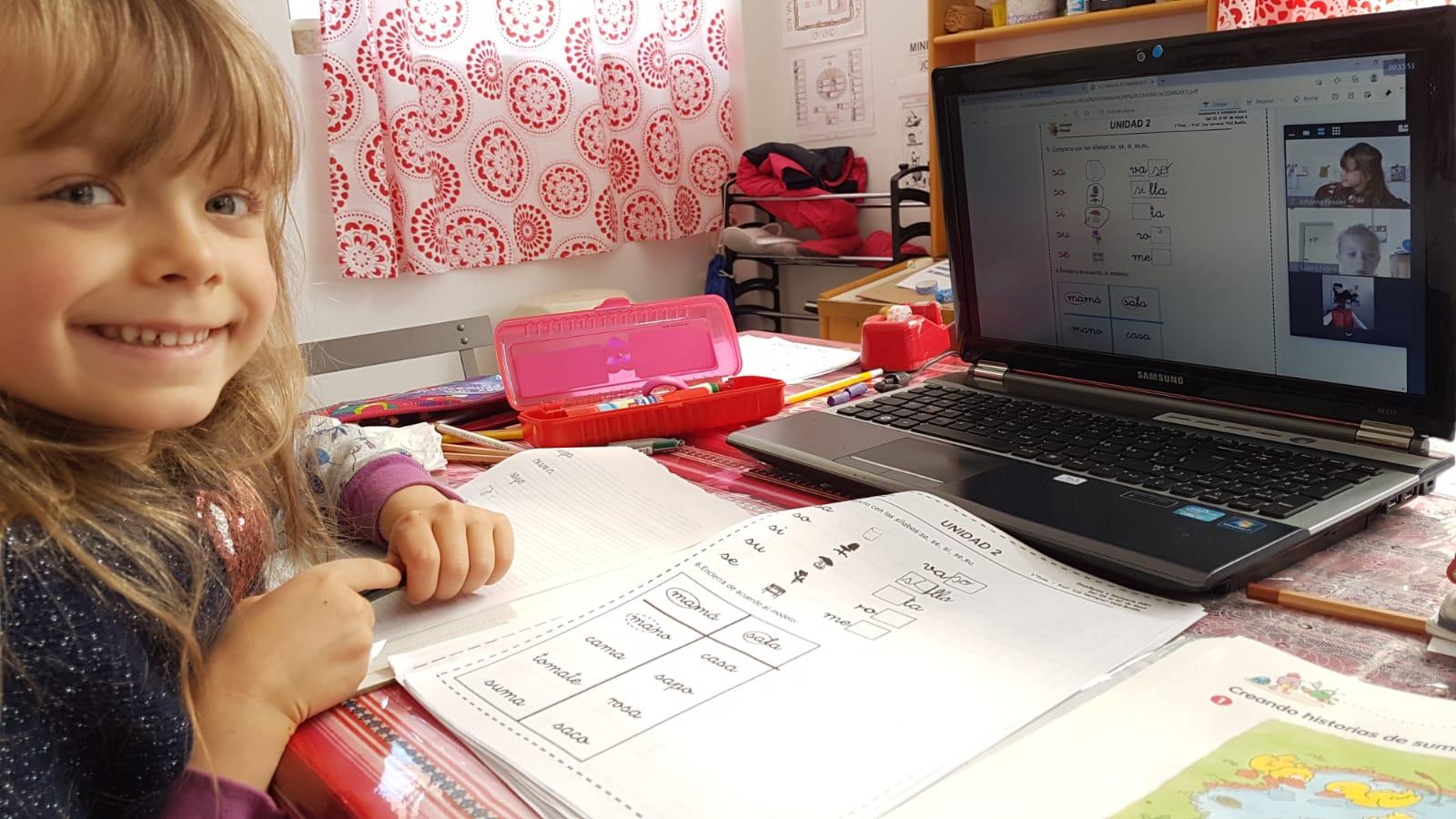 Mit der Hilfe der Eltern bearbeiten die Schüler ihre Aufgaben zu Hause.