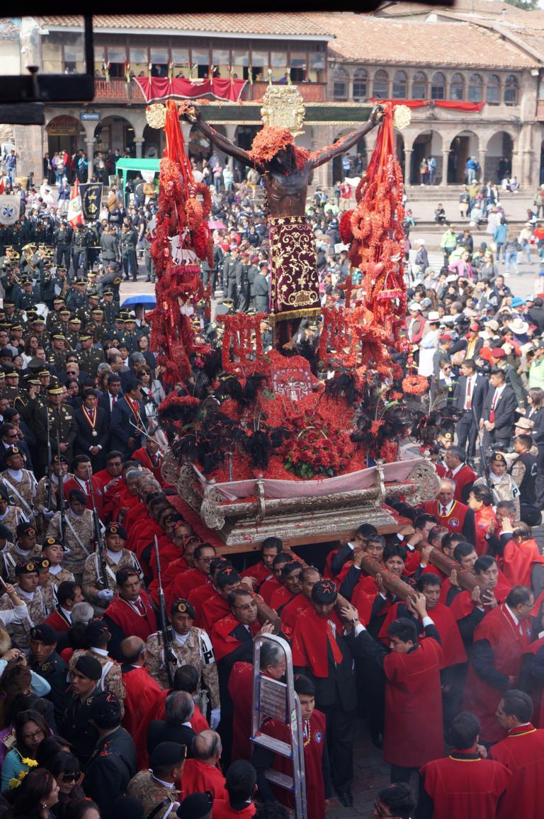 Die Statue zeigt Jesus als den Gekreuzigten mit dem Wundmal der durchbohrten Seite. Sie ist mit Blumen reichlich verziert, die Farbe Rot symbolisiert das Blut Christi.