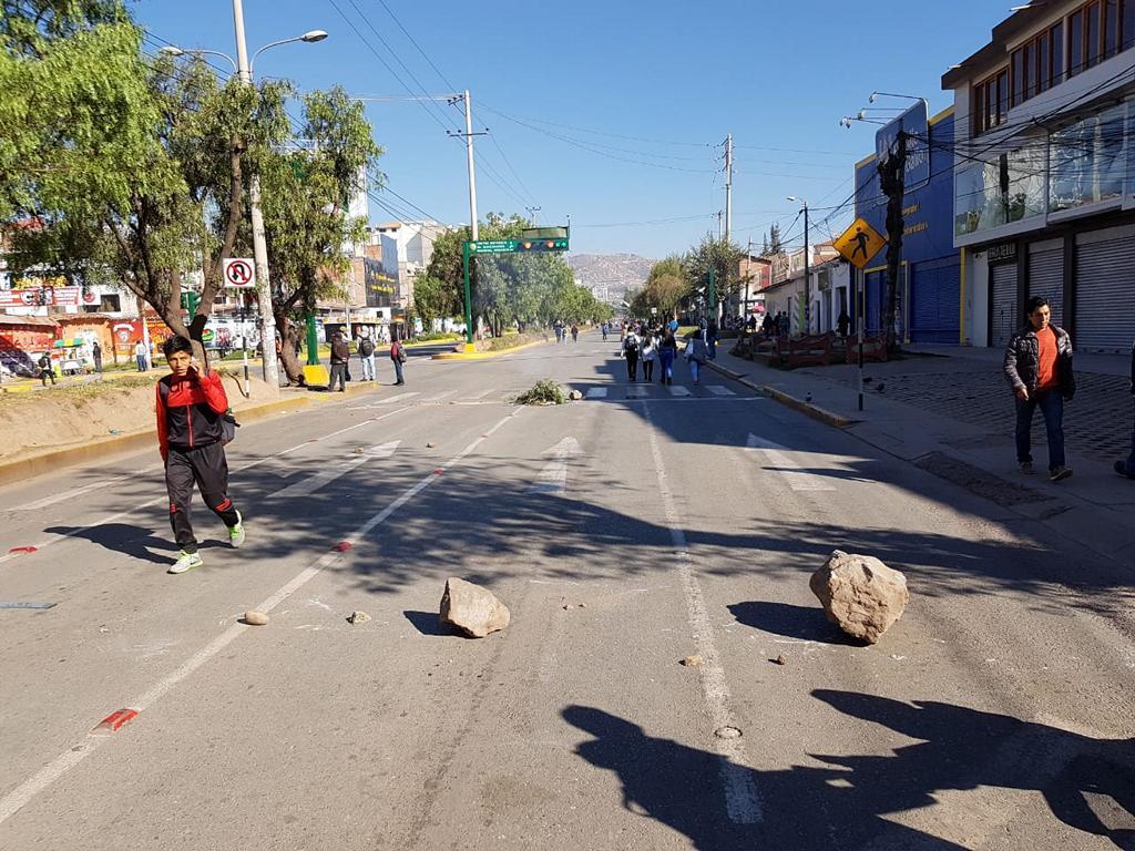 Einige Leute (nicht auf dem Bild) passen auf, dass keiner die Barrikaden anrührt.