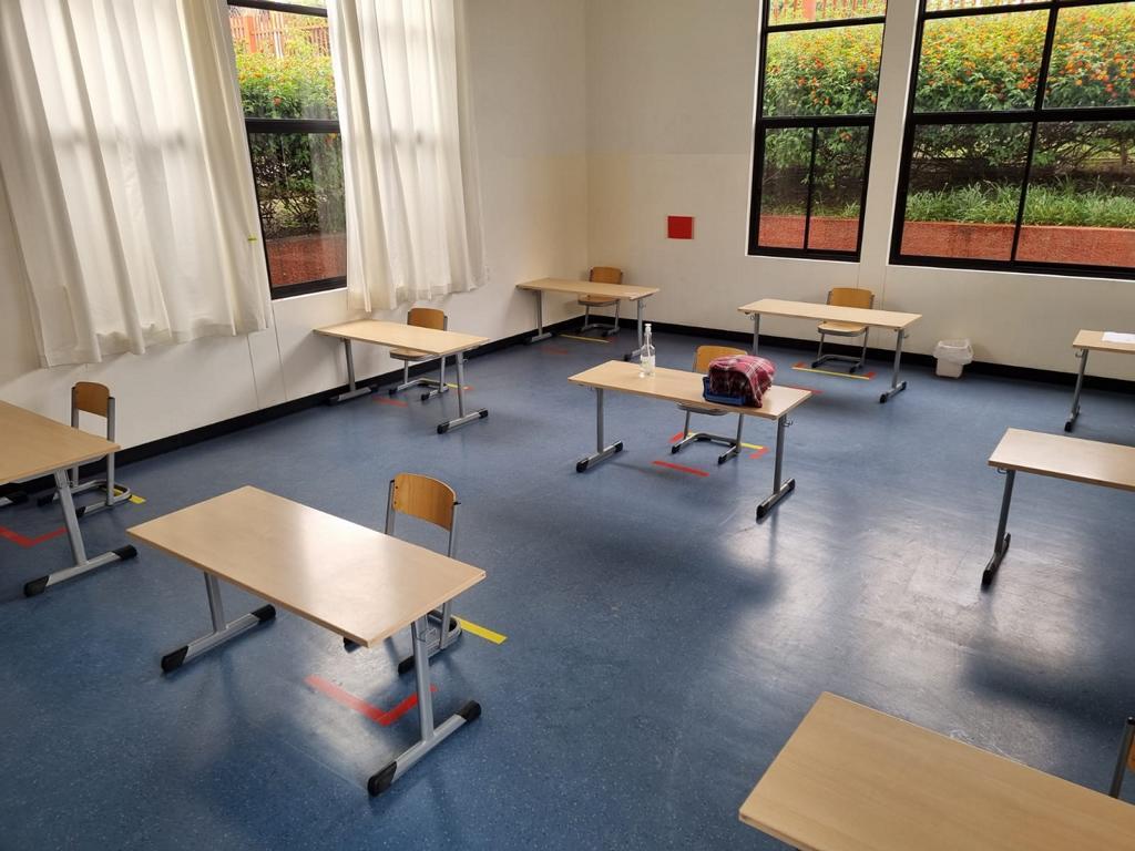 Die Stühle im Klassenzimmer dürfen in den Markierungen stehen.