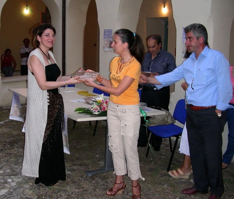Consegna targa e attestato di partecipazione da Sindaco e l'Assessore ai beni culturali del comune di Celico