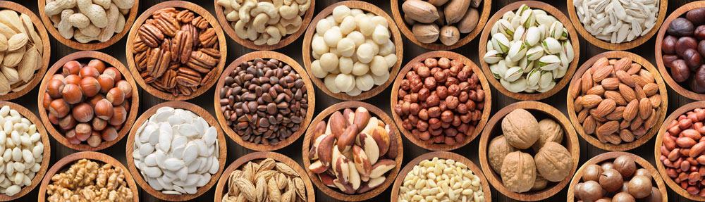 Bei porösen Knochen sollte die Ernährung mit Nüssen und Kernen ergänzt werden.