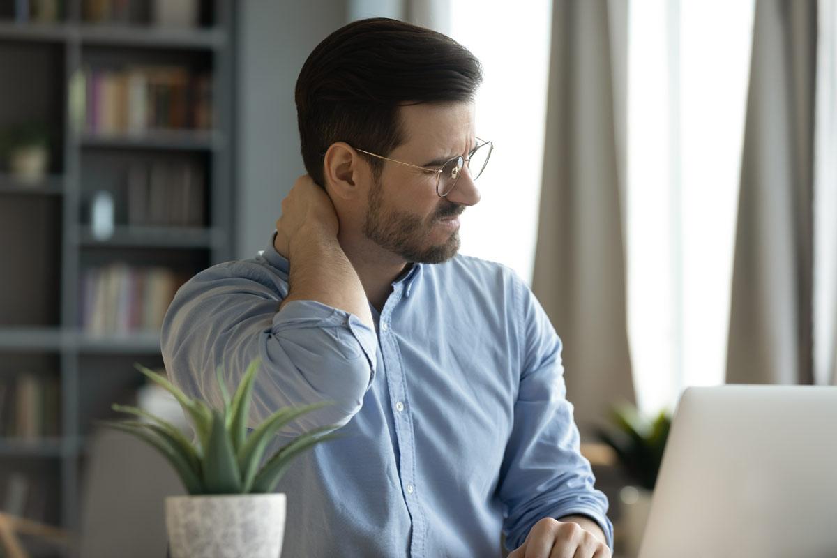 Nackenschmerzen im Büro: Mit diesen 9 Tipps beugen Sie vor!