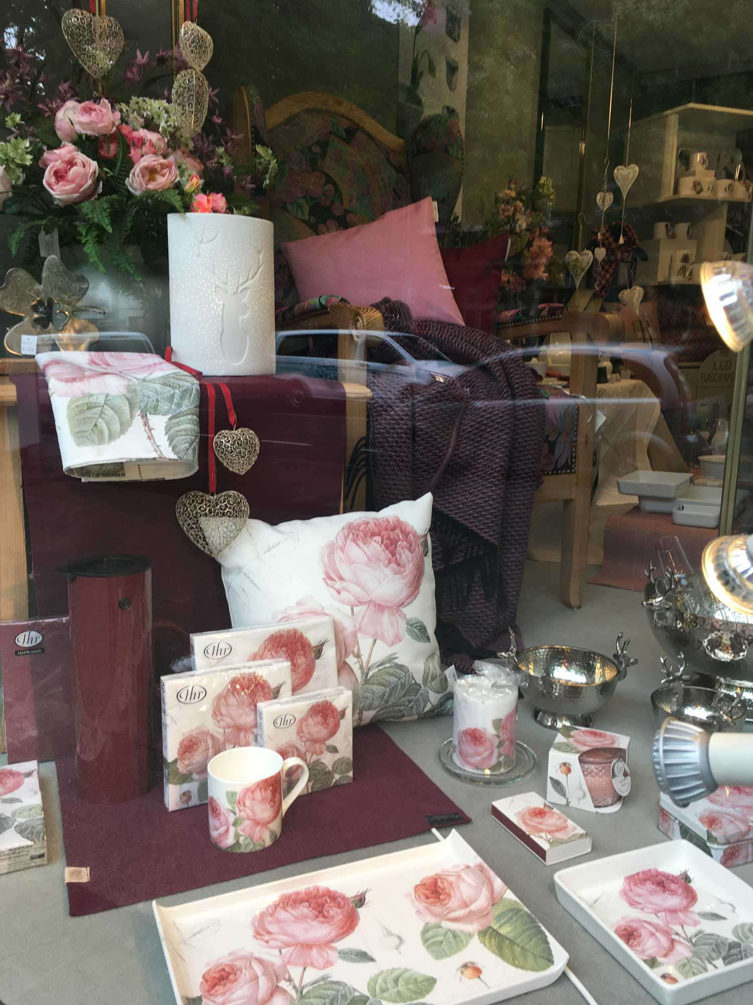 Rosen auf Bechern, Schalen, Tabletts,Textilien, Kerzen. Eine Freude für Blumen- und Rosenfans.