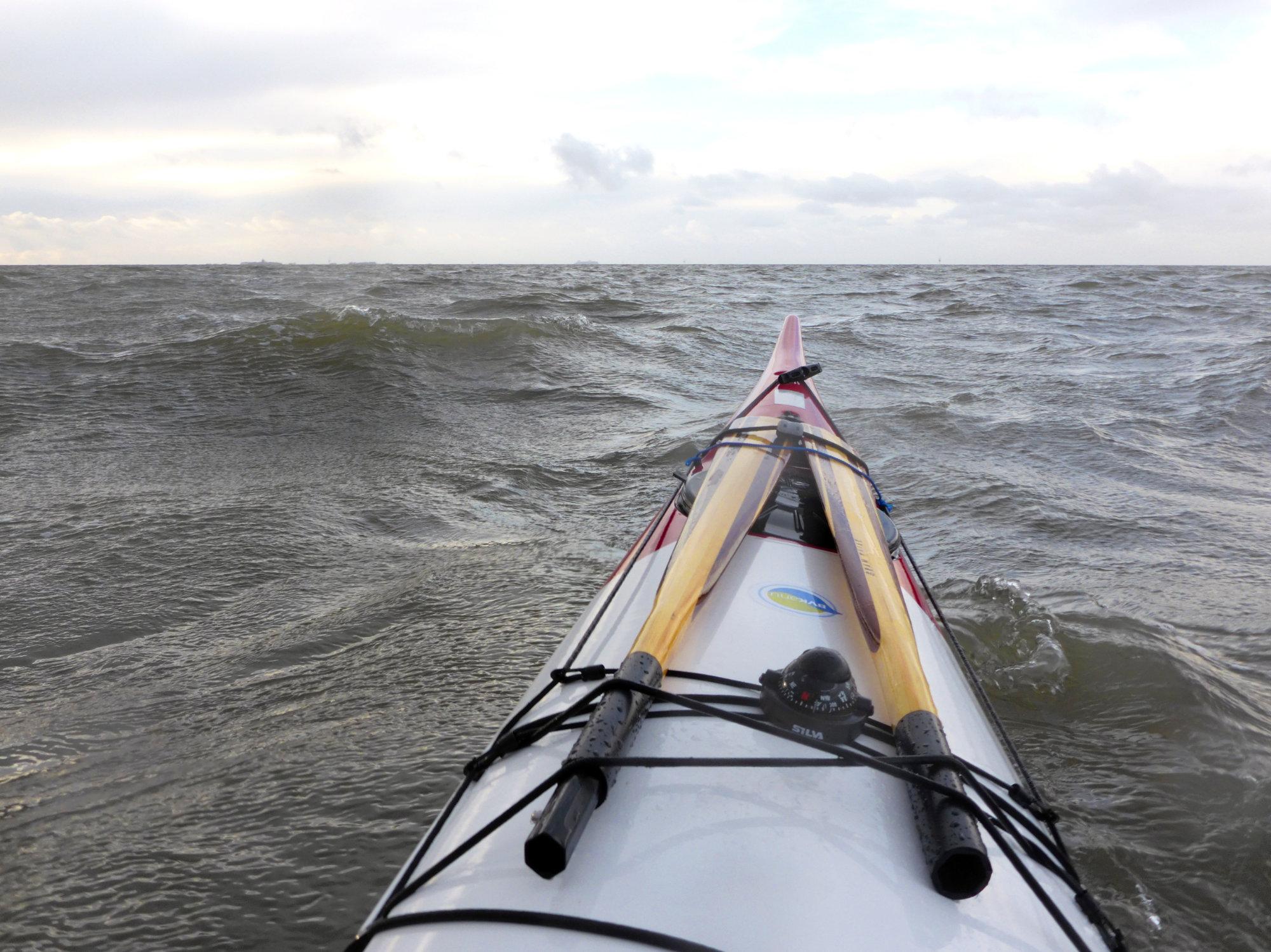Der hochgezogene Bug gleitet stabil über jede Welle, die runde Rumpfform sorgt für zusätzliche Stabilität.
