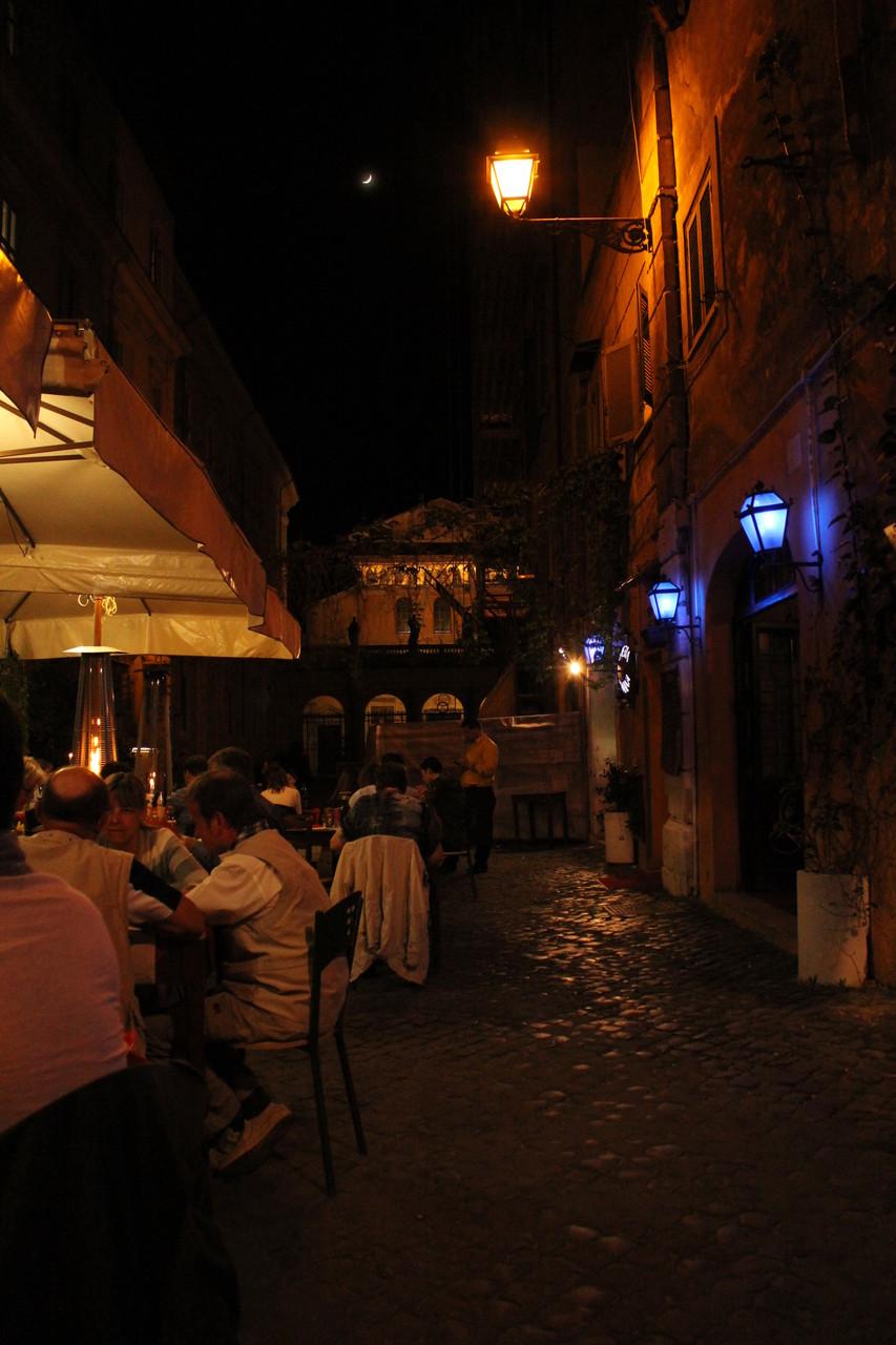 Halber Mond über der Basilika Santa Maria in Trastevere