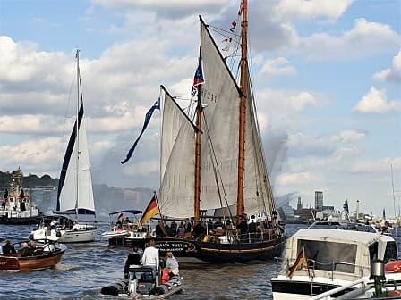 Elbphilharmonie und Große Hafenrundfahrt - Segelschiffparade