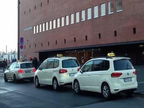 Lockdown light. Drei Taxis vor der Elphi - Ein Rätsel wird gelöst