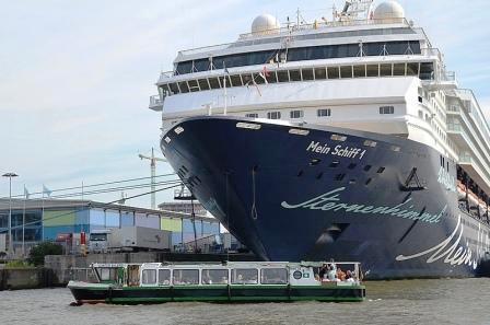 Elbphilharmonie und Große Hafenrundfahrt - Barkassen Centrale Ehlers Begegnung mit einem Ozeanriesen