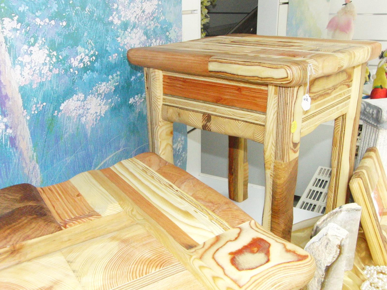 Handgefertigte Hocker und Holzwaren