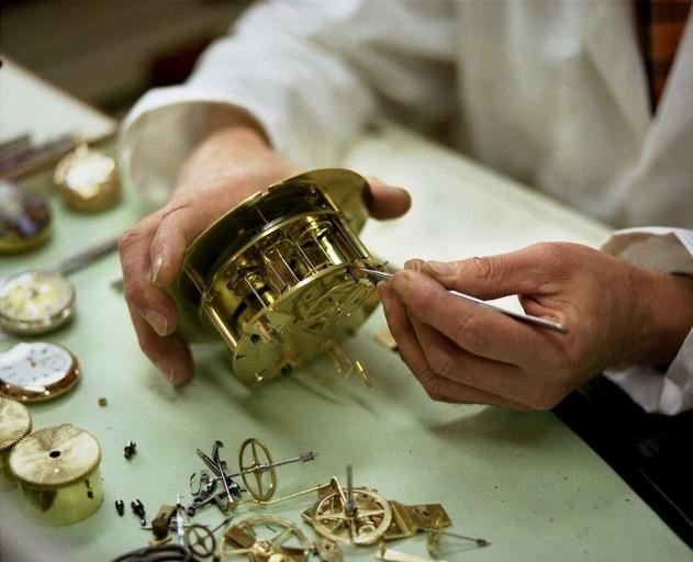 Le travail d'orfèvre de Monsieur Le Floch-musée de l'horlogerie ancienne Fougères