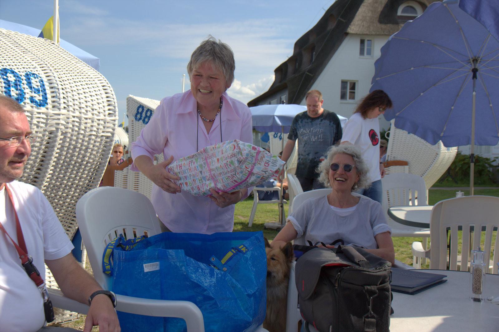 Ingrid Winkens-Wegner verteilt ihre Geschenke