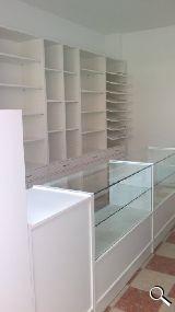 Mostradores media vitrina y módulo caja anexo
