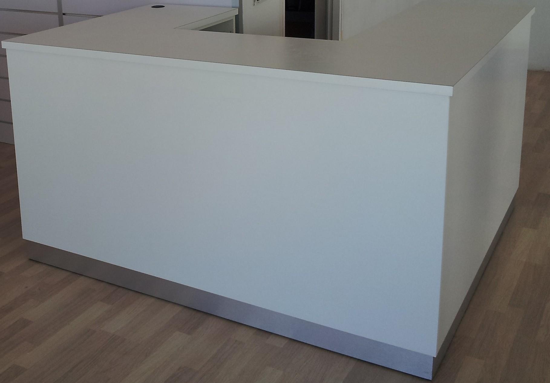 Mostrador fabricado en DMF y forrado estratificado blanco, rodapié en mario forrado aluminio