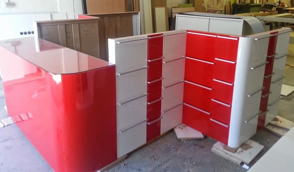 Isla / Stand Lacado blanco y rojo
