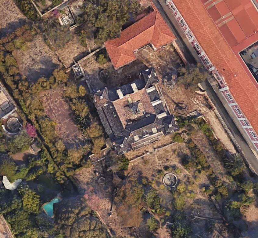 Ein Screenshot von der Villa von Google Maps. Ich konnte bei der Recherche daheim leider nicht herausfinden, ob/was für eine Geschichte das Haus hat. Aber in meinem Kopf, ist es auf jeden Fall eine fantastische <3