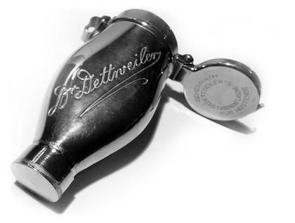 """""""Wiederholt ertastete er hingegen das kleine Fläschchen, das in seiner Brusttasche steckte. Dr. Dettweilers Flasche."""" (S.294) - Geheimrath Dr. Dettweilers Taschenflasche für Hustende (""""Blauer Heinrich""""): https://blauerheinrich.jimdo.com/"""
