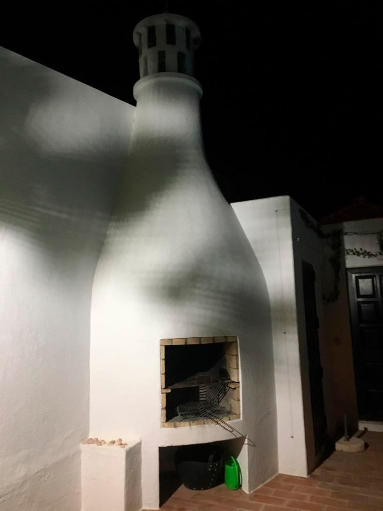 Grillplatz der Villa La Perla bei Nacht.