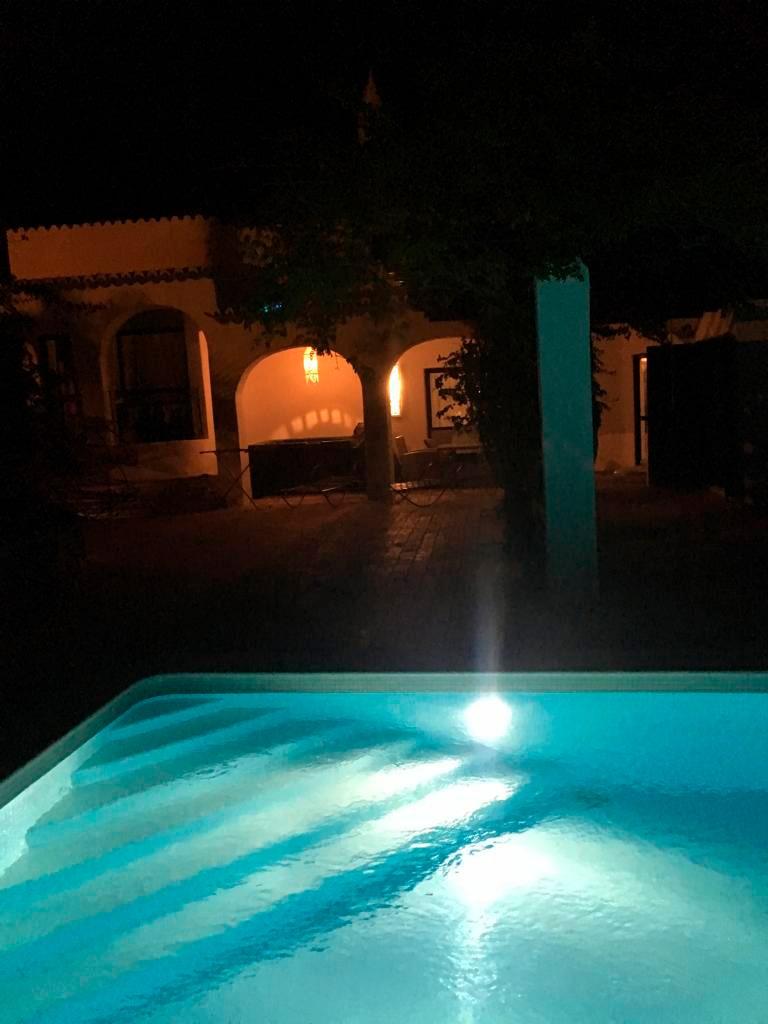 Villa La Perla Heilungsbecken und Veranda bei Nacht.
