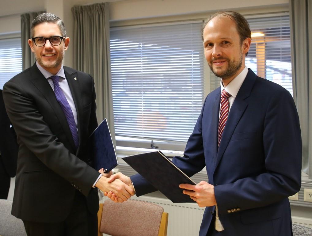 Neil Palomba (Costa Kreuzfahrten) und Jan Meyer (Meyer Werft) bei der Übergabe der Costa Smeralda in Turku, Finnland