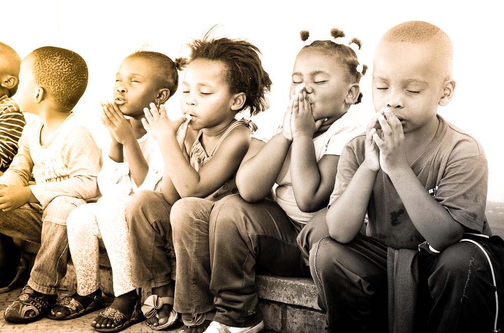 Reportage Fotografie Kinder in der Einrichtung Timba Labantu in Südafrika - Kinder Beten zum Mittagessen