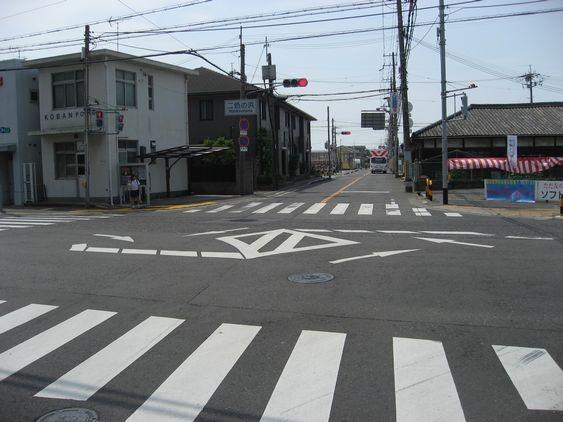 3 二色の浜交差点を右折します。交番が目印です。