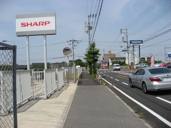 "6 SHARPを越えると、""川を渡らずに""手前の道を左折します。"