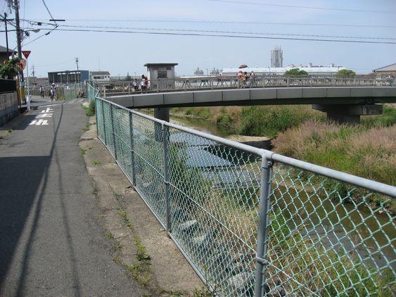 8 直進していくと、橋が見えるので、橋を右折します。