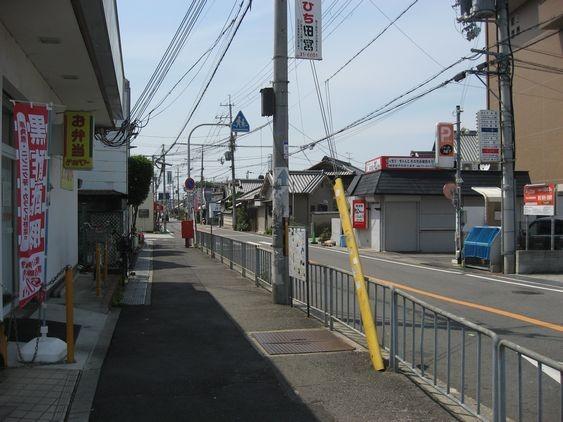2 駅の改札を出て左に曲がり、直進します。