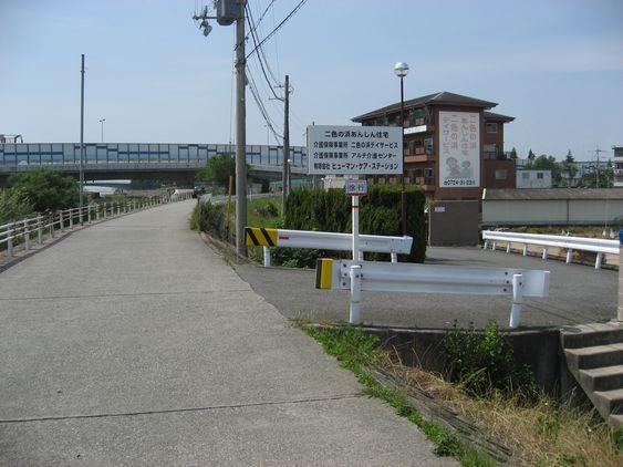 11 高速の手前で、「二色の浜デイサービス」や「二色の浜あんしん住宅」の看板が見えるので、坂を下ります。