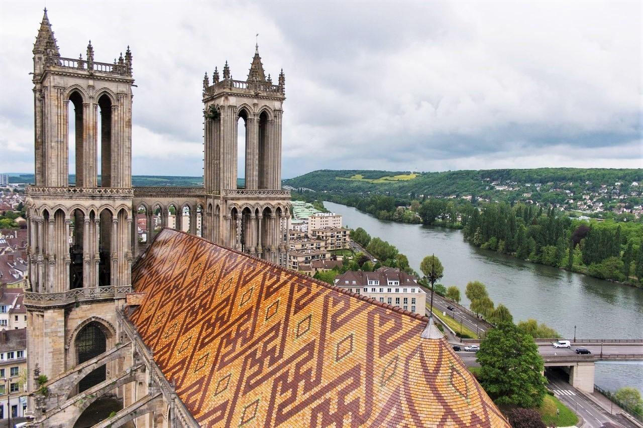 Des svastikas ornent la toiture de la Collégiale Notre-Dame de Mantes-la-Jolie.