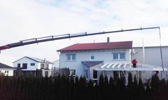 Große Höhen kein Problem - Tobias Lutz bei Flachdacharbeiten mit dem Kran
