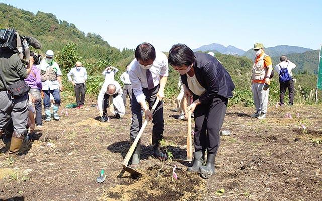 川内社長 植樹作業