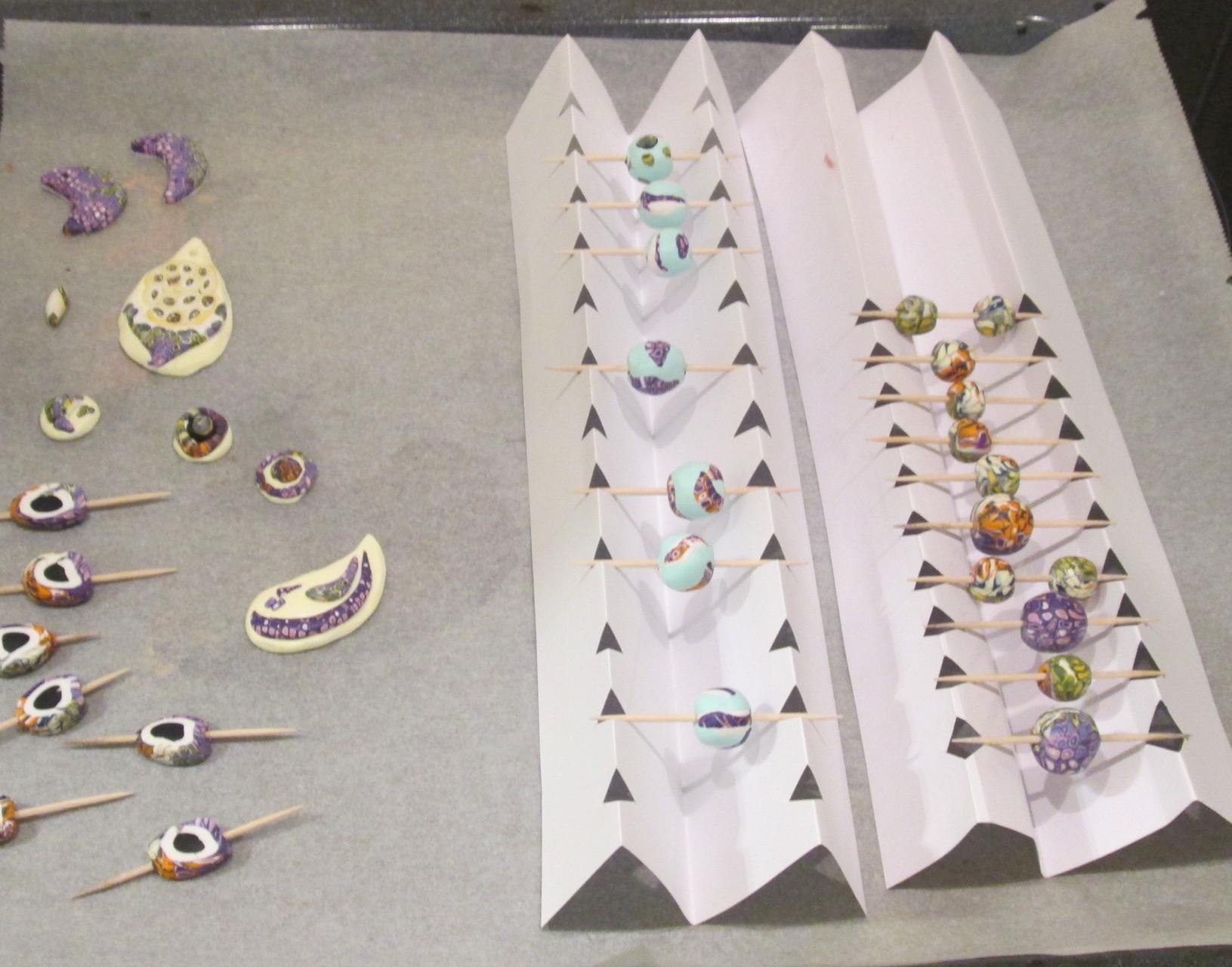 Damit die Perlen keine Delle bekommen, werden sie hängend im Backofen gebacken :-)