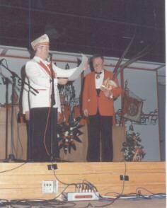 Jupp Decker erhält 1998 den Goldenen Verdienstorden mit mit Brillianten