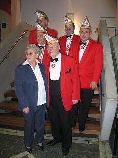 5x11 Jahre Präsident: Jupp Decker mit seiner Frau Resi und dem Vorstand der KG
