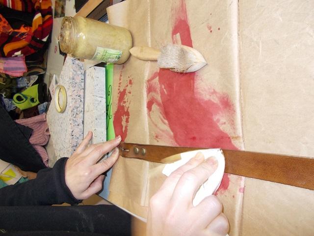 Finition , pose cire , lustrage des ceinture en cuir naturel teinté à la main