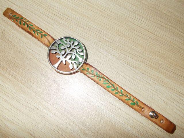 """Bracelet cuir végétal gravé teinté main bijoux """"Arbre"""" 25€"""