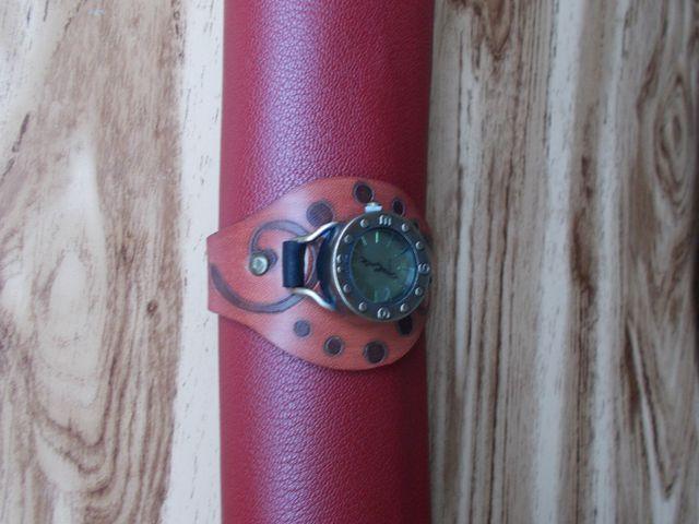 Montre quartz, Bracelet cuir végétal gravé teinté main 40€