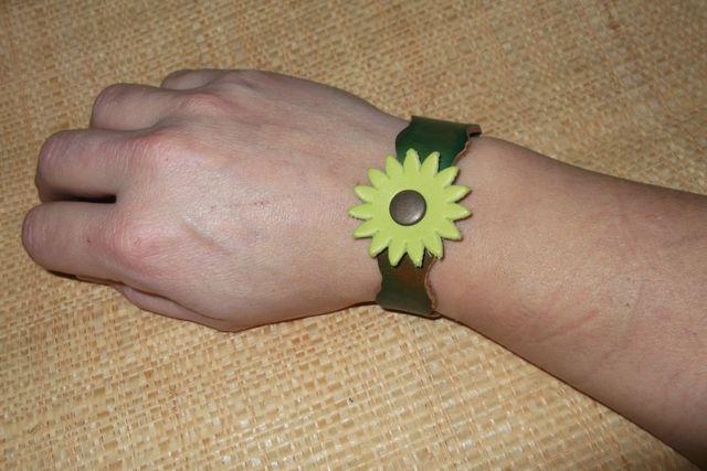 bracelet cuir végétal teinté main fleur soleil 10€