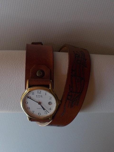 Bracelet montre cuir végétal gravé teinté à la main
