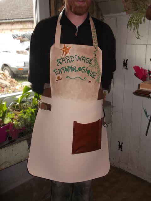 Tablier de jardinier Cuir naturel , tannage végétal , gravé teinté à la main avec ceinture , poches , anneaux pour manches et renforts....