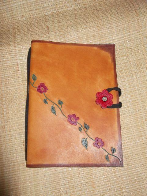 Porte document gravé teinté à la main, cuir végétal