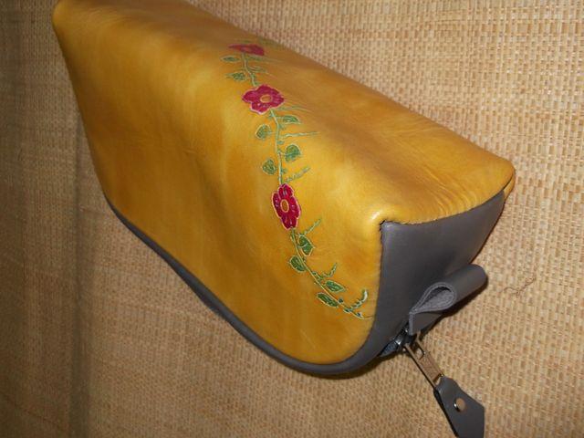 Trousse cuir végétal teinté gravée à la main