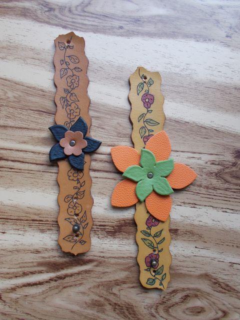 Bracelet cuir naturel,gravé teinté à la main déco fleurs cuir 35€