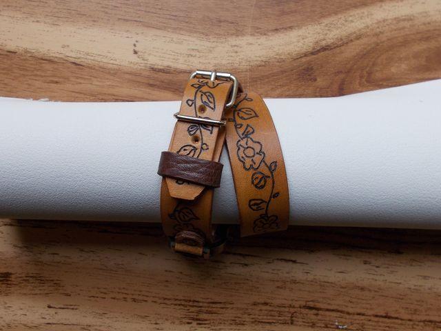 Montre quartz, Bracelet double tours  cuir teinté, gravé  45€