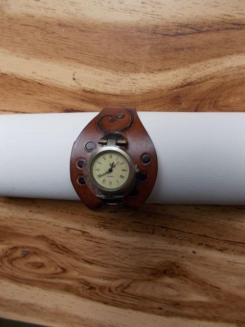 Bracelet montre, cuir naturel, gravé teinté à la main