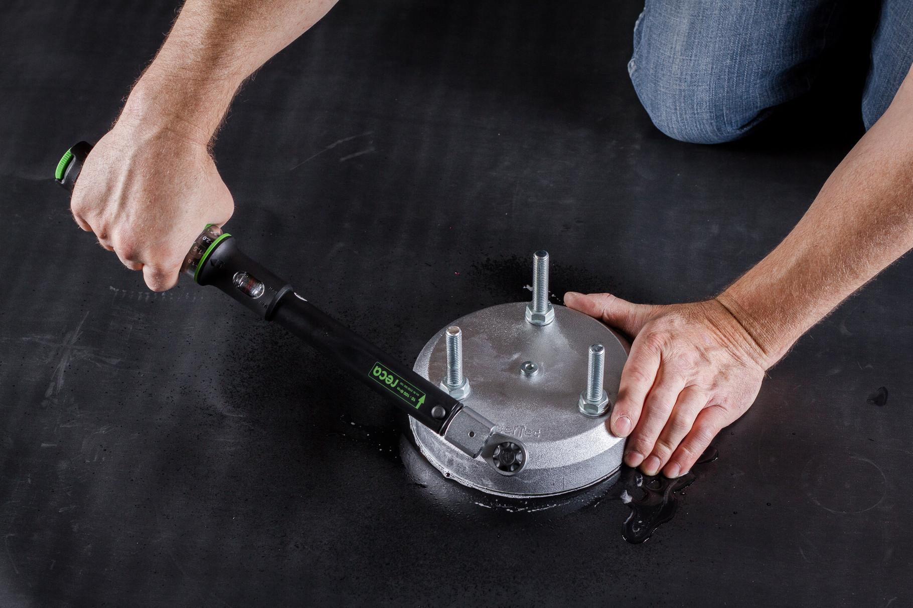 Die Verschlussschraube mit Stiftschlüssel (BefTec Montagekoffer) festschrauben.