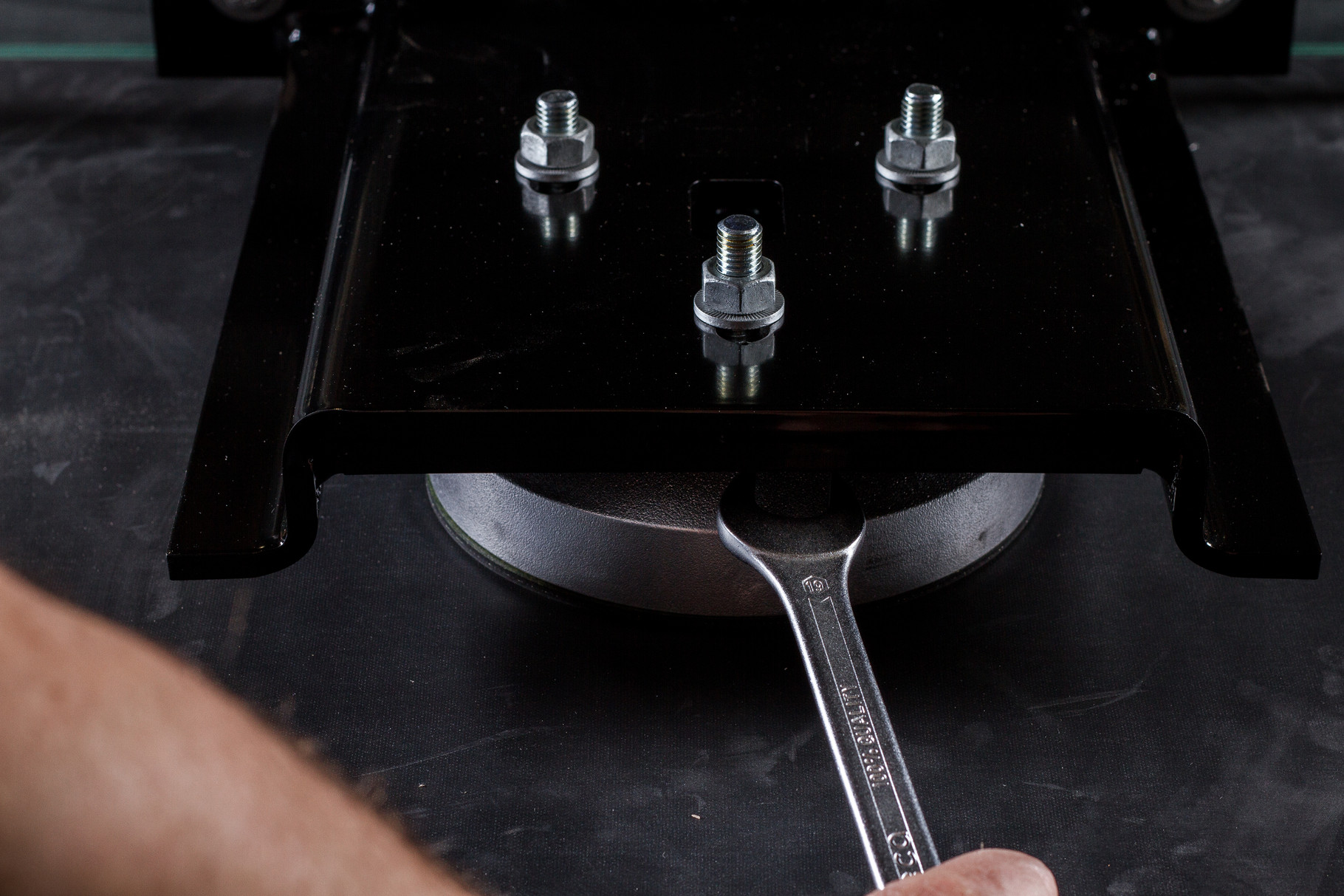 Glasscheibe mit dem Gabelschlüssel (BefTec Montagekoffer) und der Wasserwaage feinjustieren. Tipp: auf Glasstoß achten.