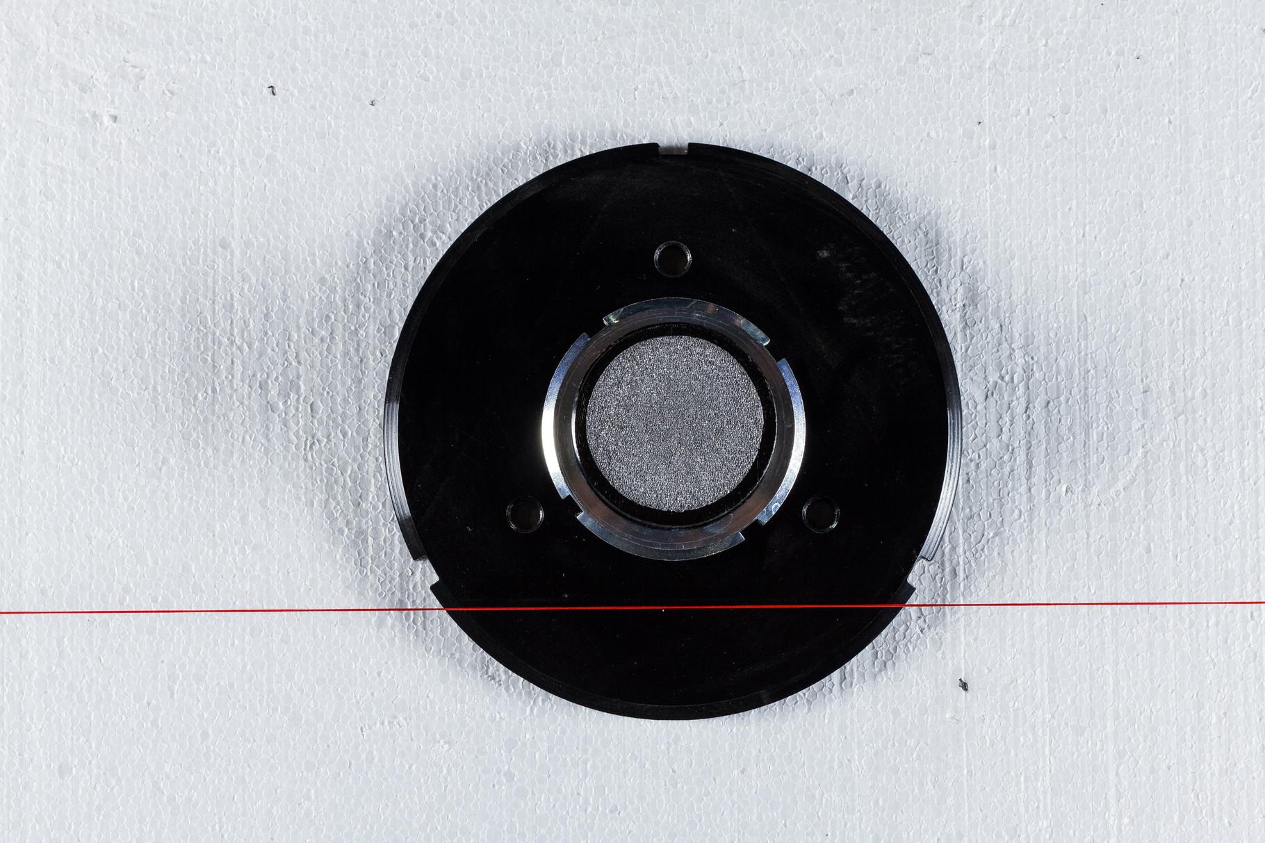Die 2. Spannmutter (mit O-Ring) auf Gewinderohr anbringen und die Ronde handfest fixieren und einrichten.